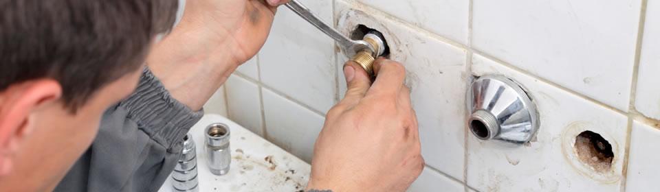 loodgieter aan het werk in badkamer